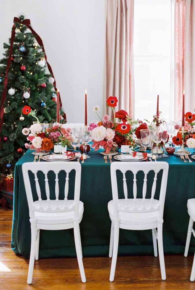 Os arranjos florais e as velas dão um toque especial na decoração de mesa de natal