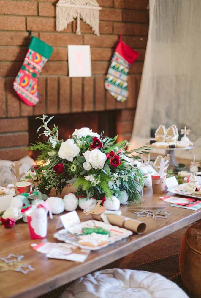 Aposte em um belo arranjo de mesa para fazer uma mesa de natal simples