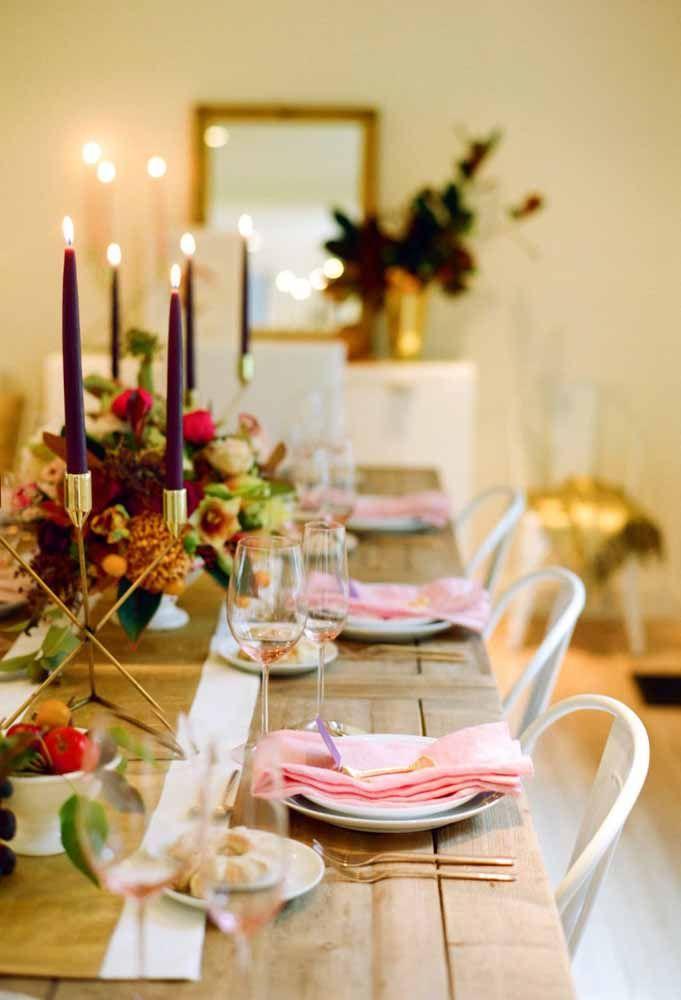 As velas roxa e os guardanapos rosa deixam sua mesa de natal super chique