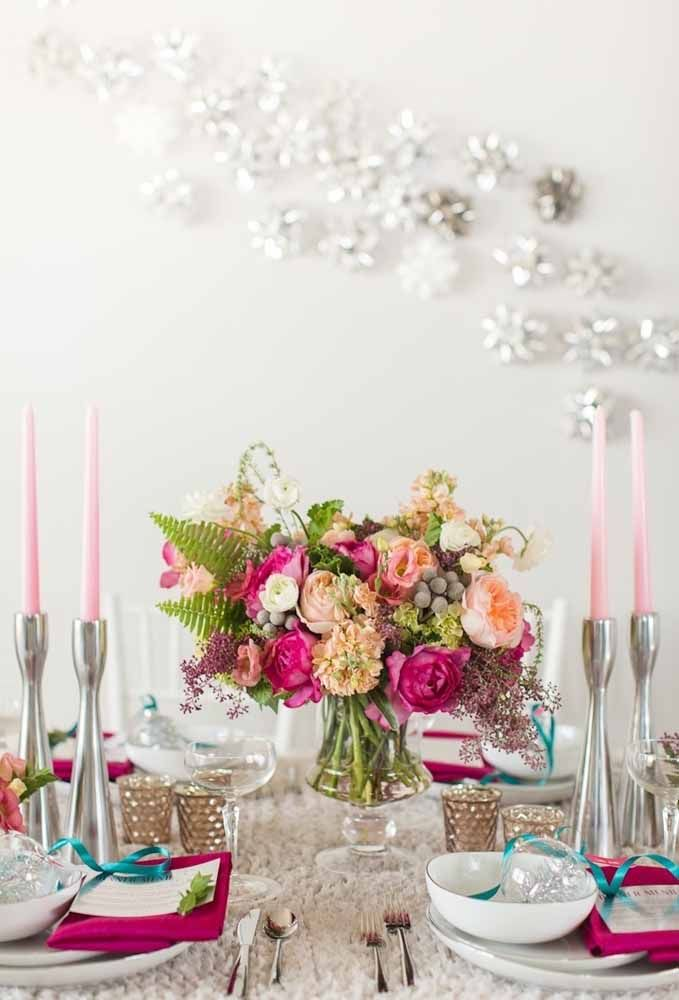 Para uma mesa mais clean o arranjo de natal em uma jarra de vidro faz toda a diferença