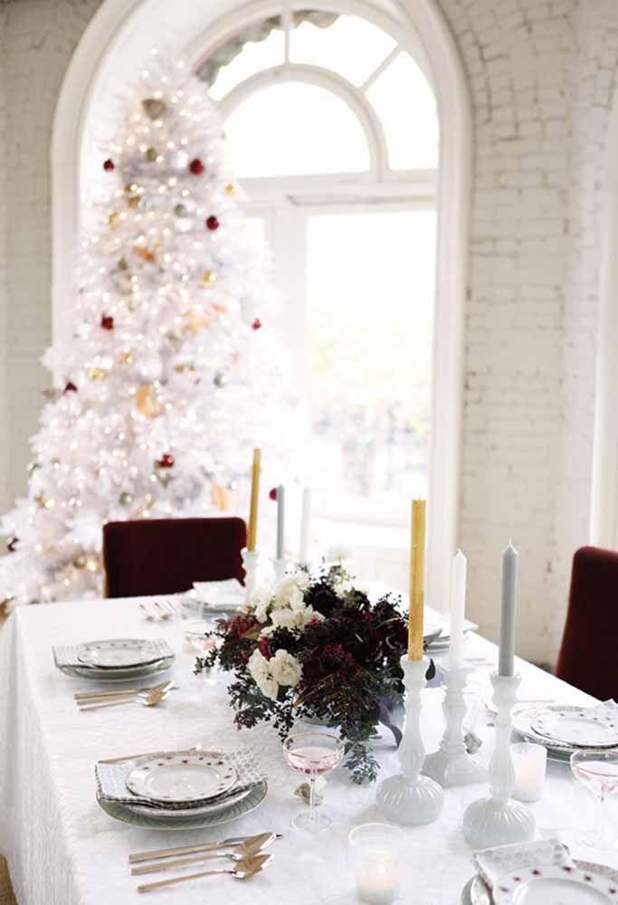 Uma mesa totalmente branca faz um lindo contraste com detalhes em vermelho