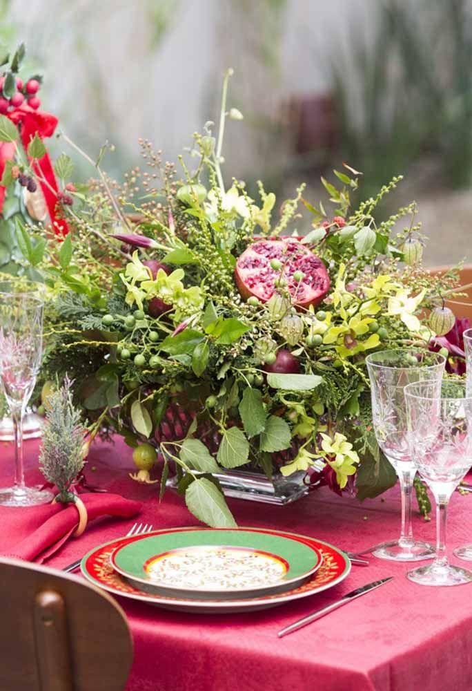 Um arranjo com frutas e folhas dá um toque especial para sua mesa de natal