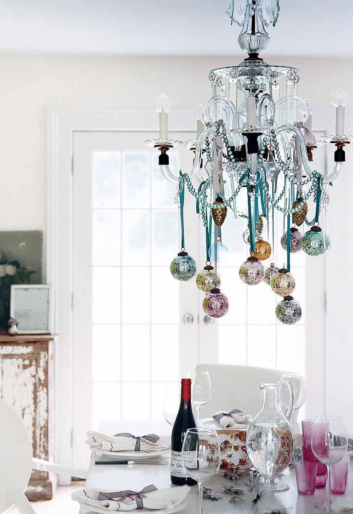 Não quer exagerar na decoração da mesa de natal? Aproveite o lustre!