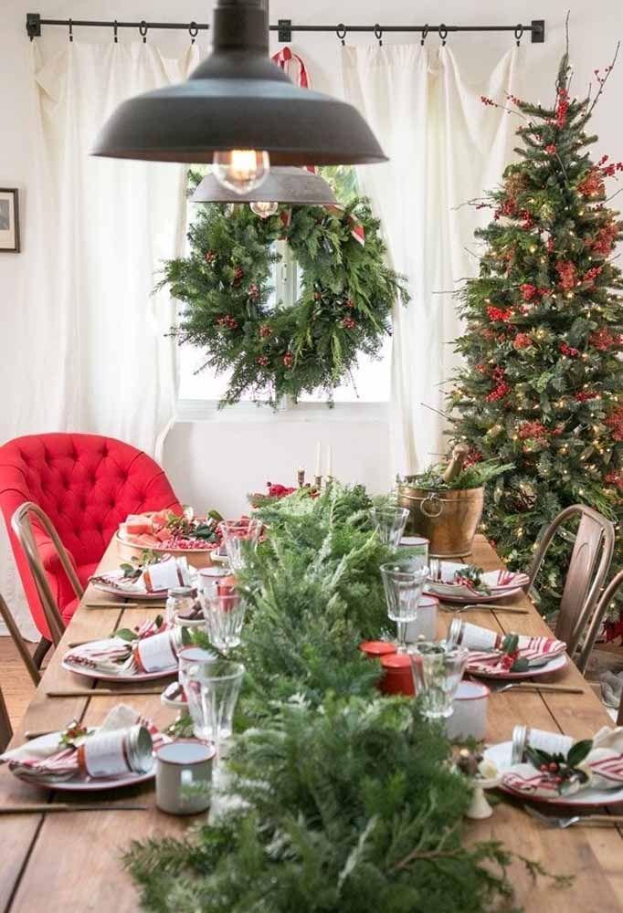 Os arranjos com flores e folhas para fazer uma mesa de natal tradicional