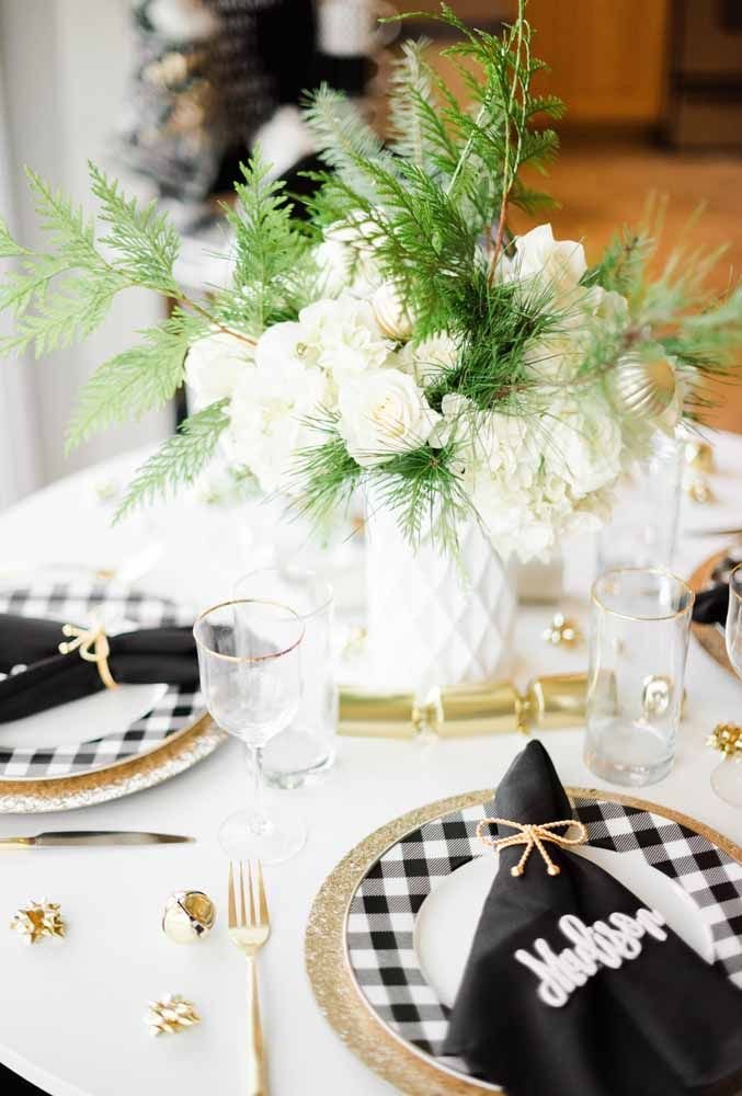 O guardanapo preto personalizado para fugir do convencional na decoração da mesa de natal
