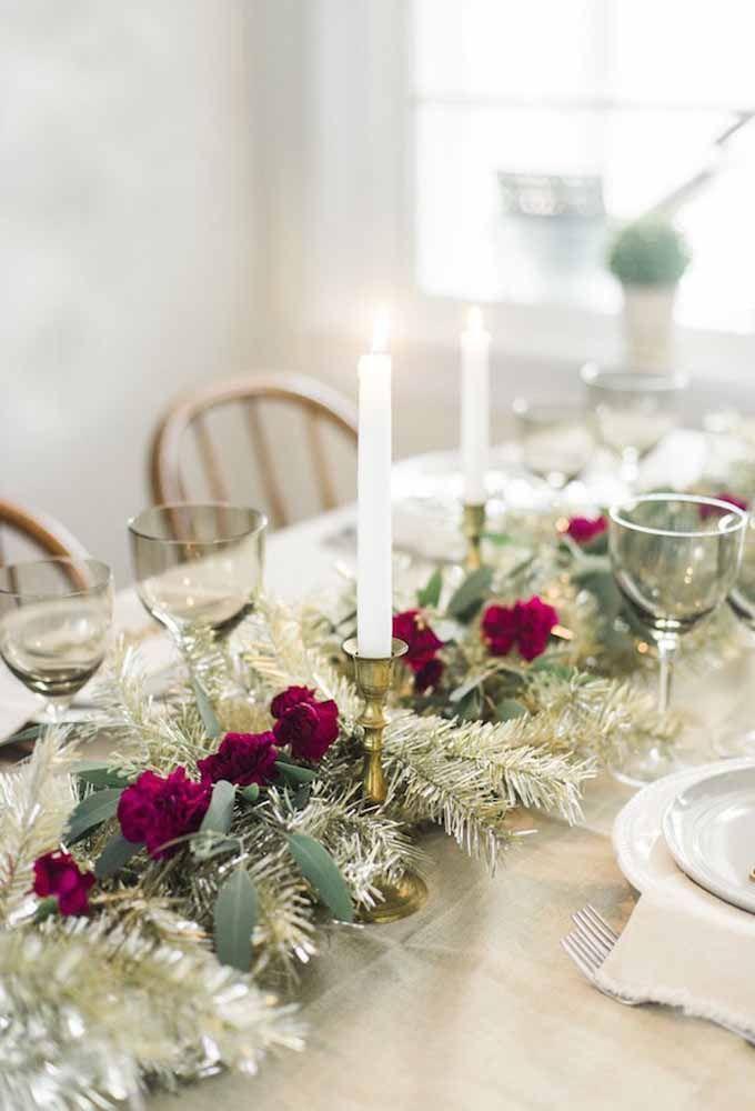 A vela branca tradicional sempre cai muito bem em uma mesa de natal