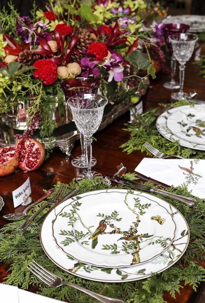 Os pratos com desenhos diferenciados deixa a mesa de Natal ainda mais charmosa