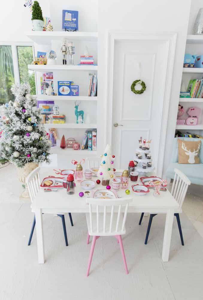As crianças não podem ficar de fora da decoração de natal. Olha que linda essa mesa de natal preparada exclusivamente para elas?