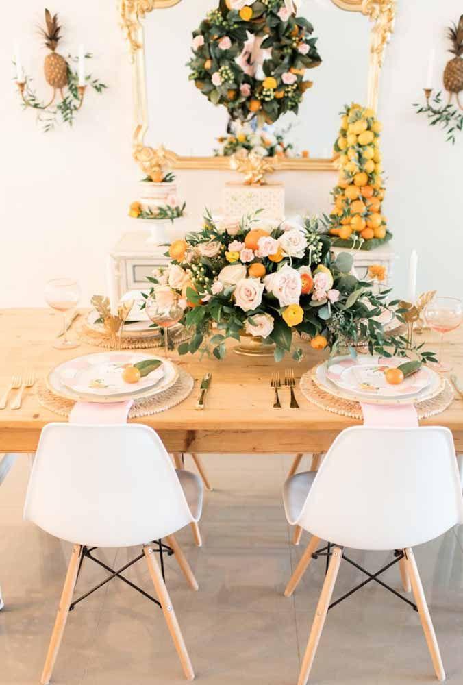 Flores coloridas sempre transmitem alegria e fica um charme só em uma mesa preparada para o Natal