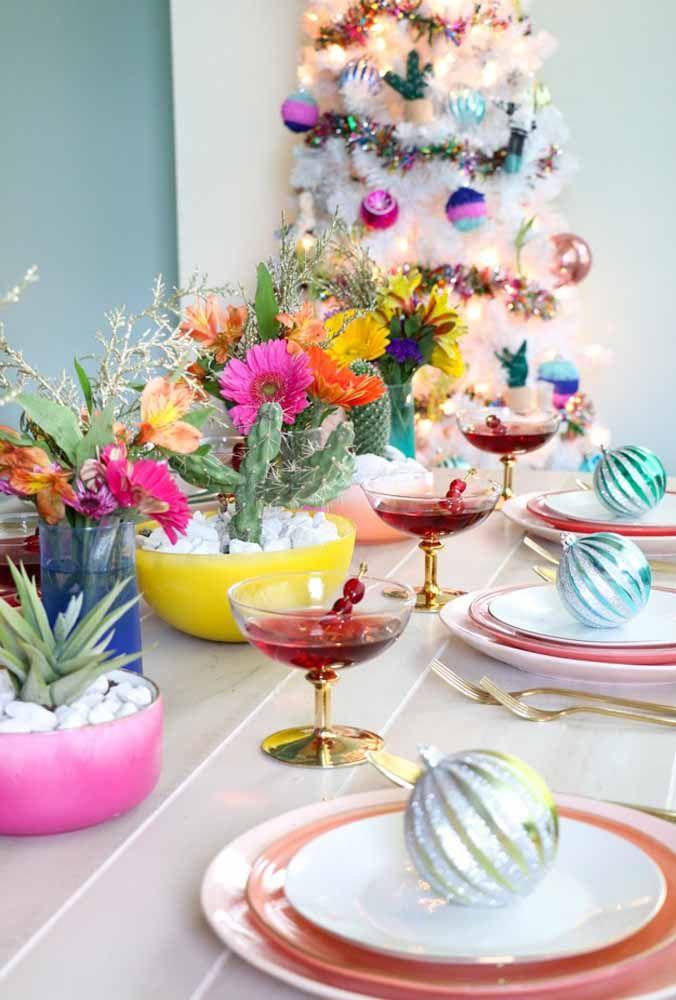 Aposte na variedade de flores coloridas para decorar a sua mesa de natal