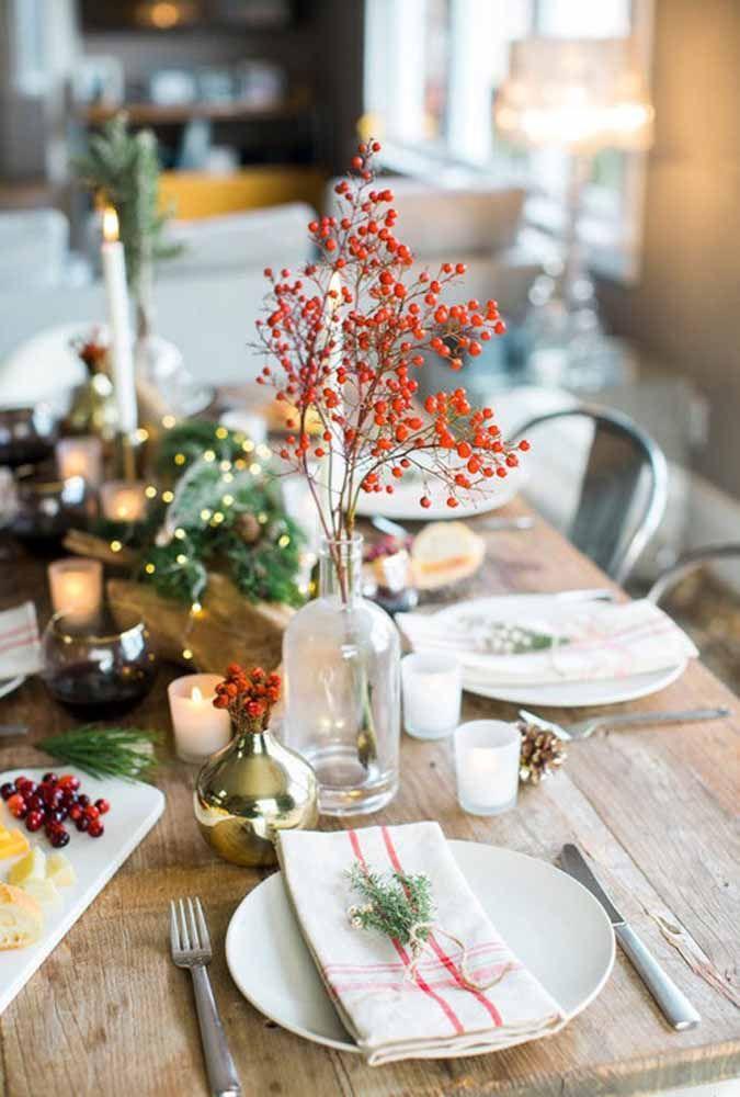 Um arranjo de flores simples para uma mesa de natal simples
