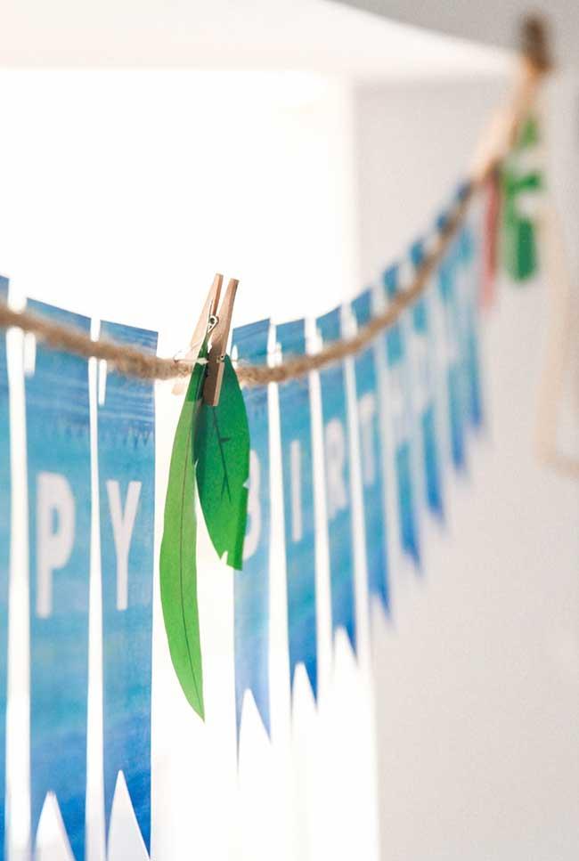 Varal de bandeirinhas com folhas marcantes do tema
