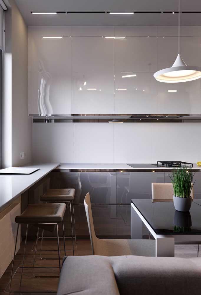 As cores claras dos móveis faz com que o ambiente pareça muito mais amplo