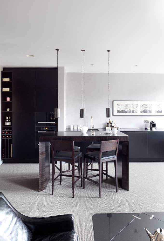 Coloque uma mesa no centro da cozinha e escolha algumas banquetas no estilo de cadeira