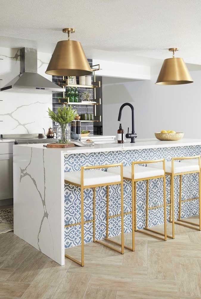 O detalhe dourado dessas banquetas é o grande charme dessa cozinha