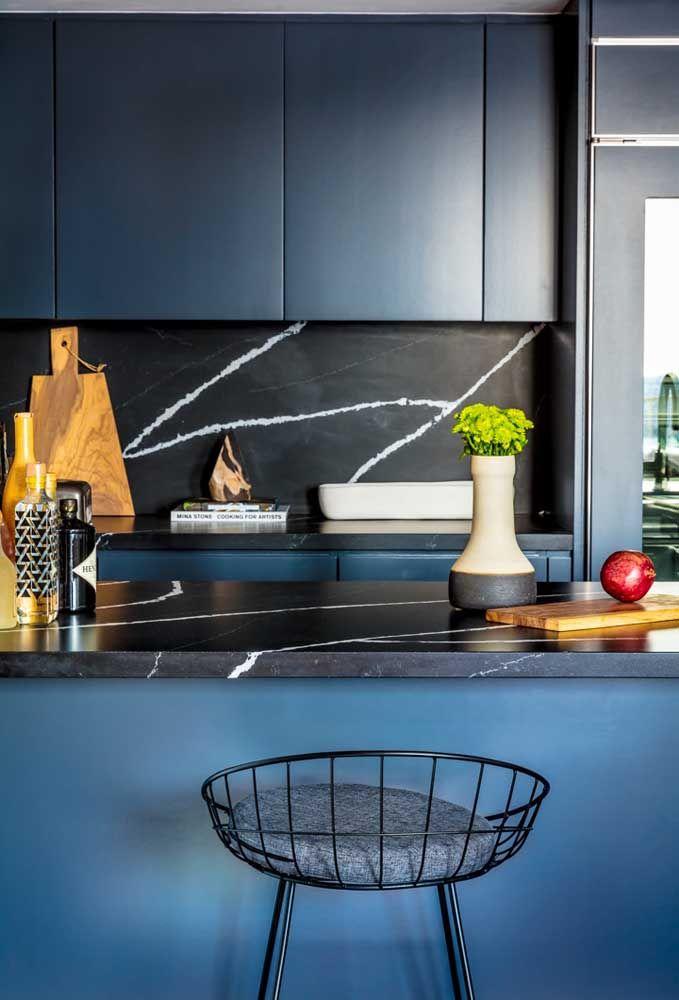 Que tal usar banquetas simples para complementar a decoração?