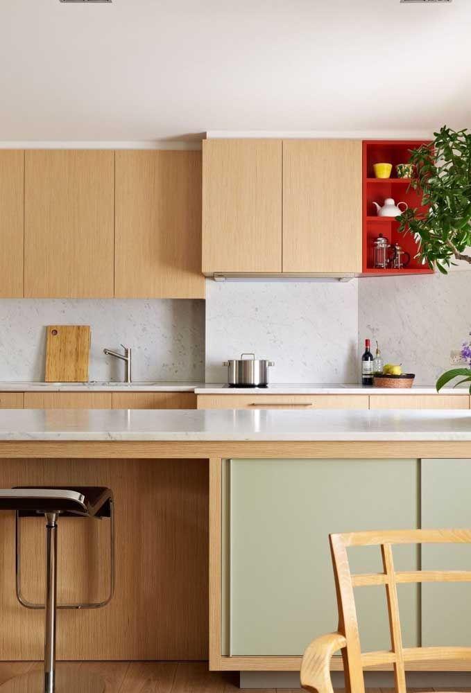 A banqueta pode ser o grande diferencial de uma cozinha decorada com madeira