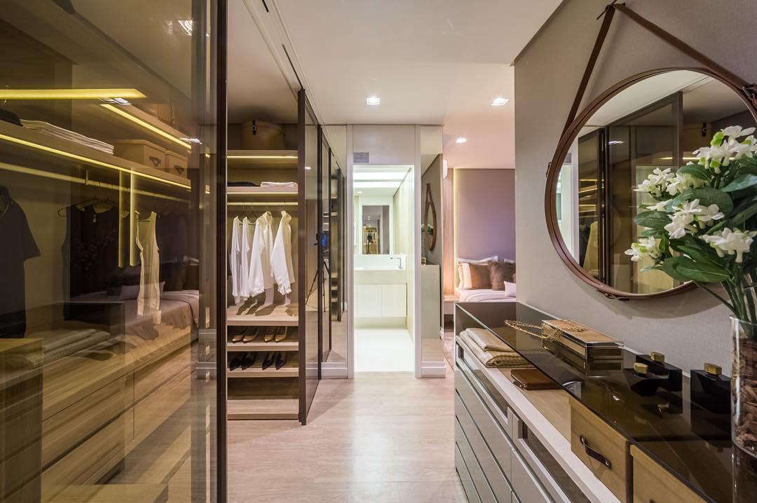 Suíte com closet decorado
