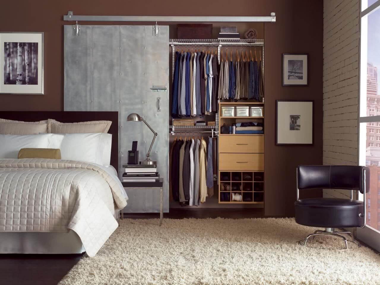 O armário embutido leva a sensação de closet