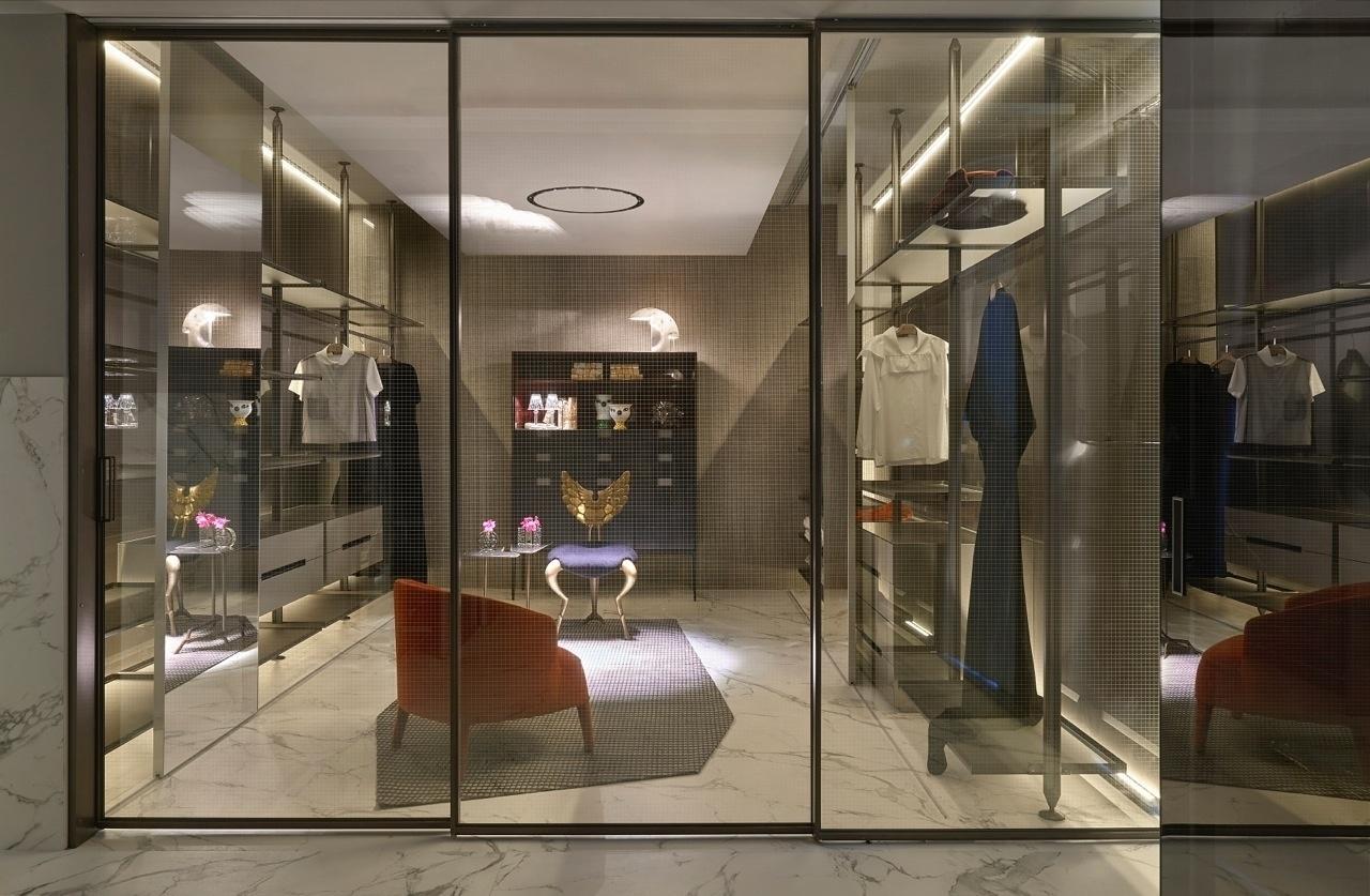 Closet com portas transparentes