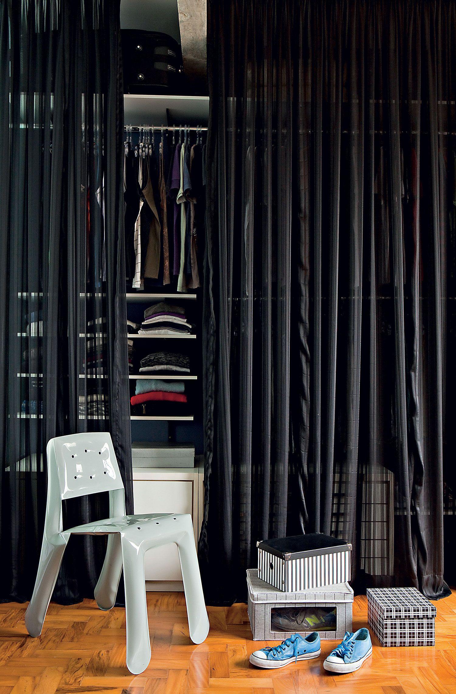 Quarto de casal com closet simples: use a cortina para ter uma peça econômica