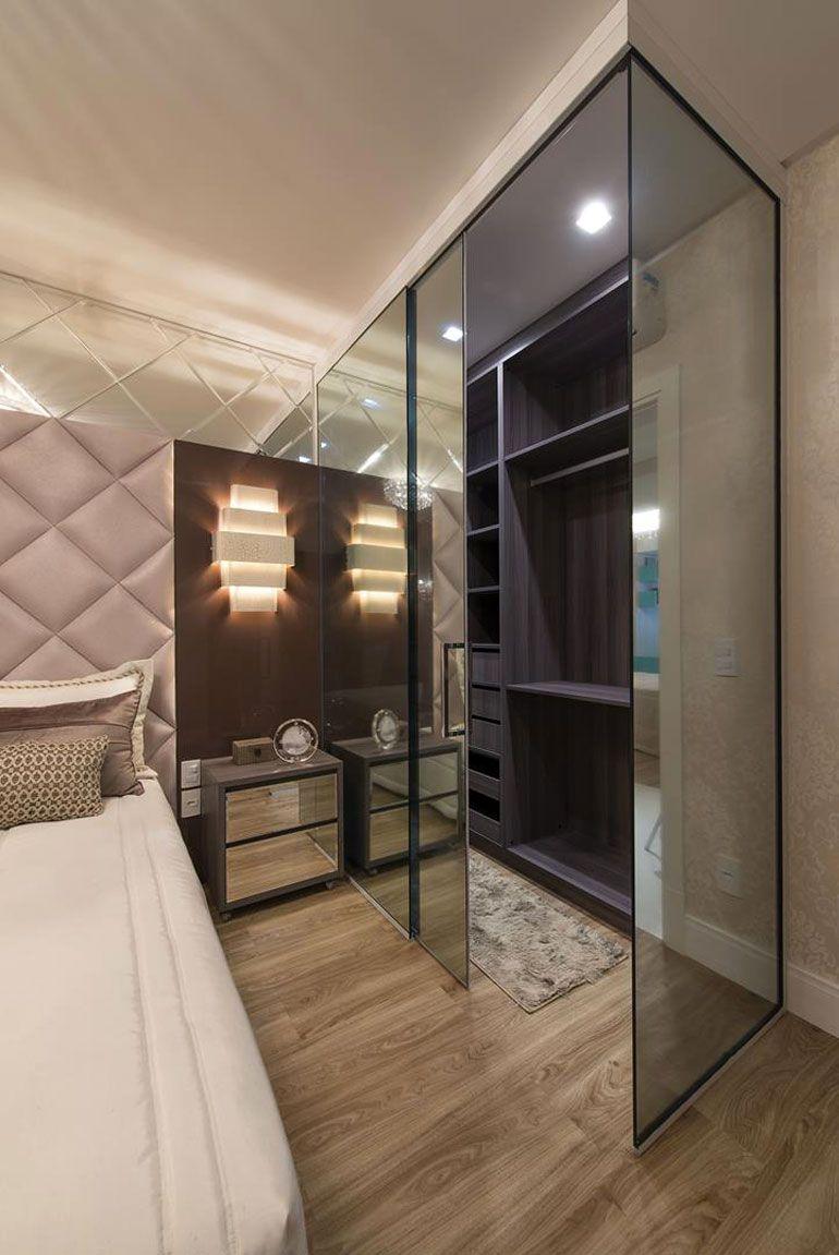 Closet fechado com painéis espelhados