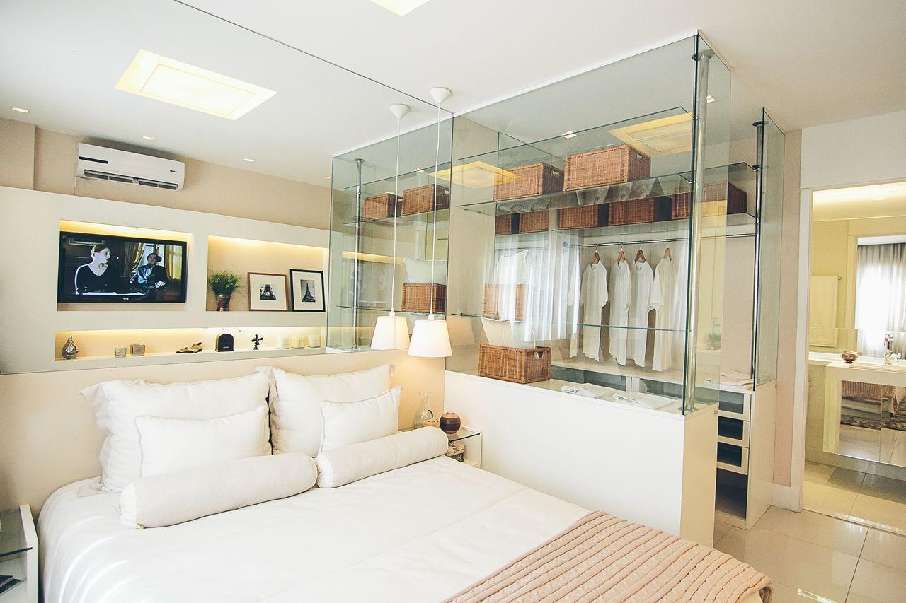 Monte um closet com divisórias de vidro
