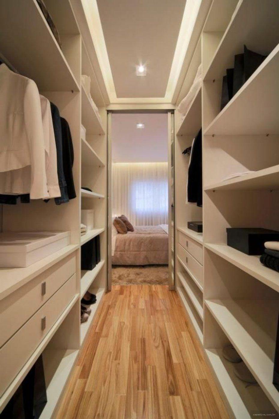 Quarto com closet estilo corredor