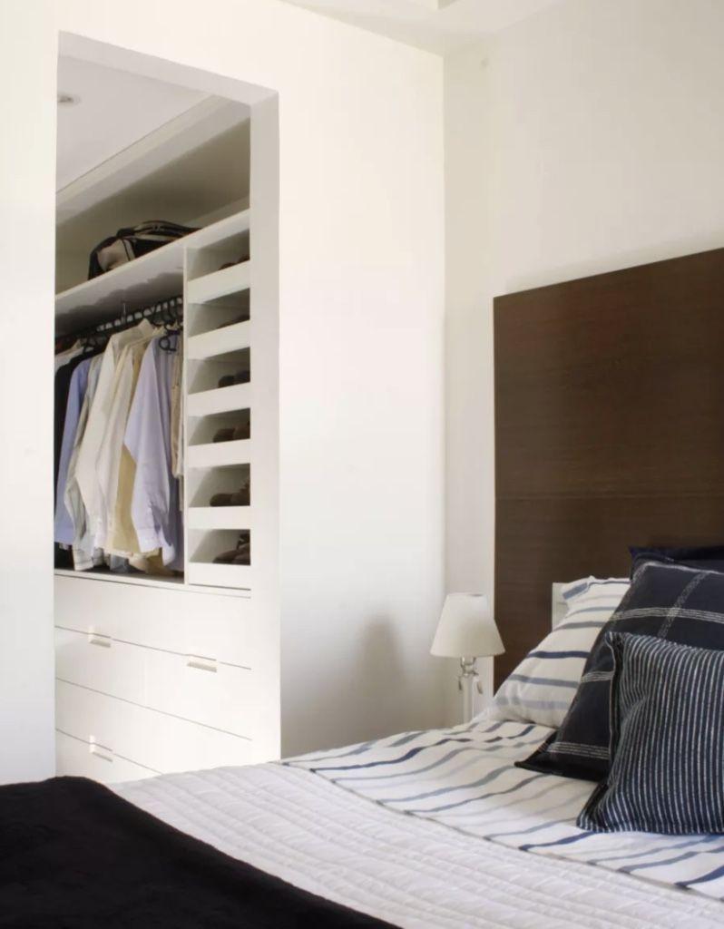 Quarto com closet e banheiro: a própria circulação para o banheiro, pode ser transformada em closet