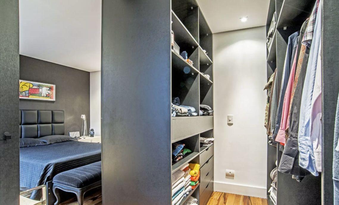 A própria marcenaria do closet pode dividir as duas áreas