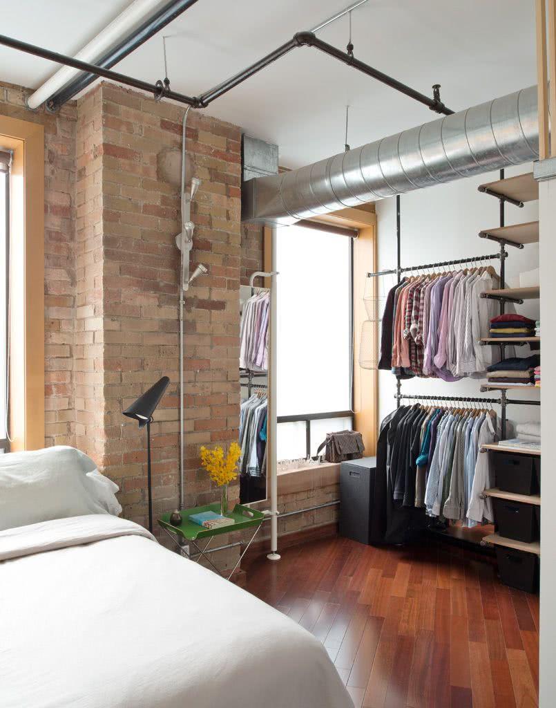 Quarto com closet estilo industrial