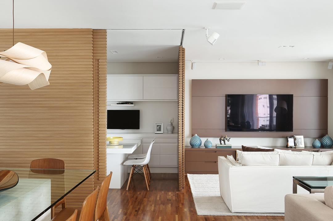 Em casas decoradas pequenas: divida os ambientes com painéis deslizantes.