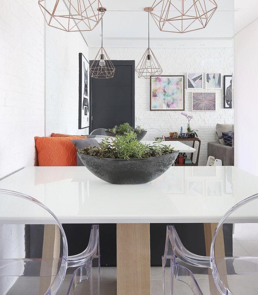 Em casas decoradas: espelhos tendem a ampliar o ambiente.