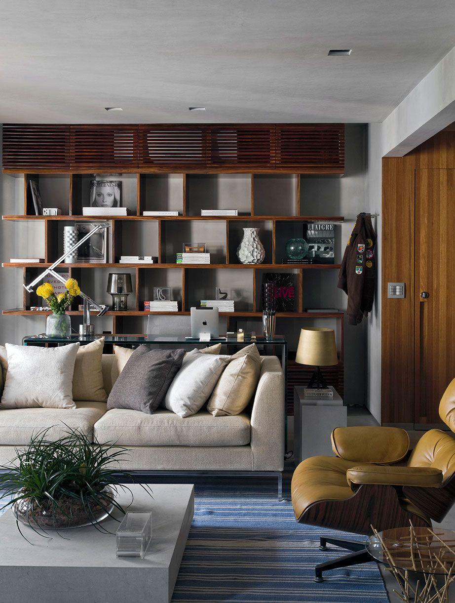 Em casas decoradas, as estantes são sempre bem-vindas em qualquer ambiente.