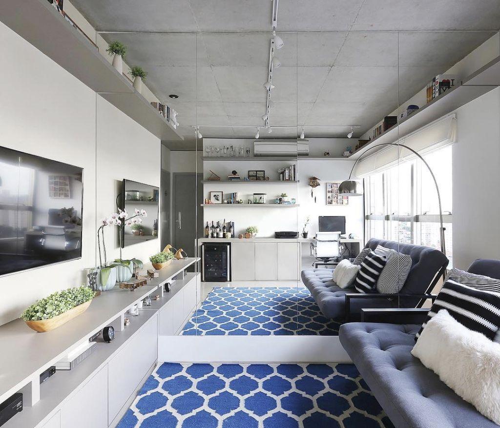 Em casas decoradas: nas salas pequenas, abuse de uma parede espelhada.