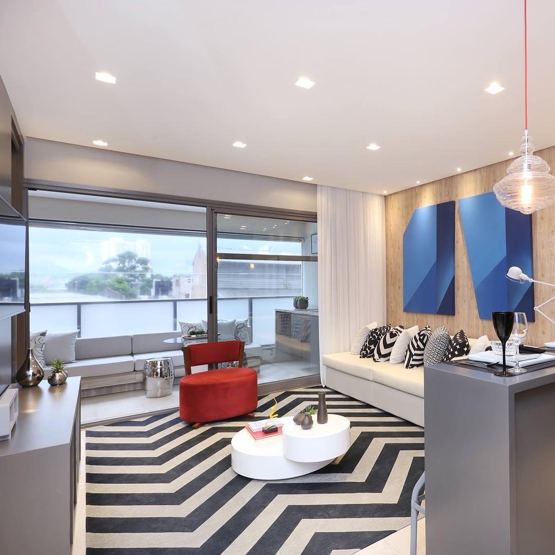 Em casas decoradas: foque alguns elementos coloridos em meio a uma decoração neutra.