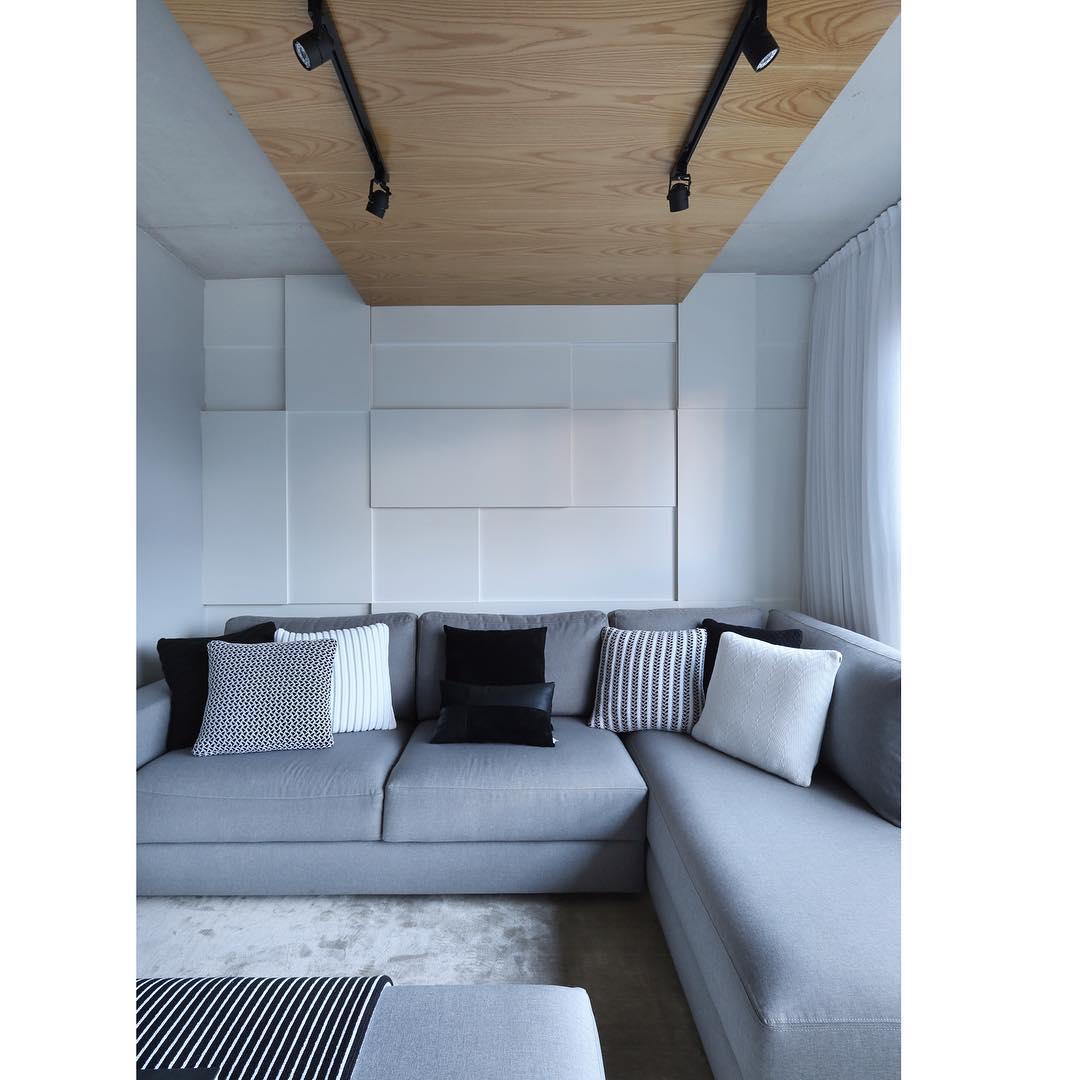 O forro em madeira destaca ainda mais o espaço da casa decorada.