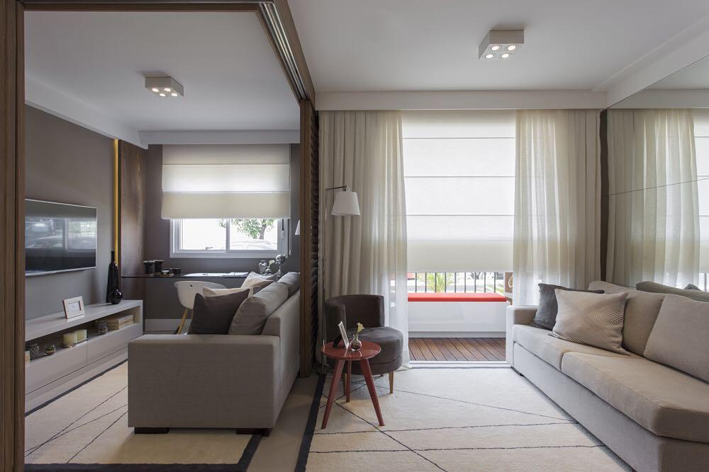 Portas de correr podem integrar os ambientes de casas decoradas.