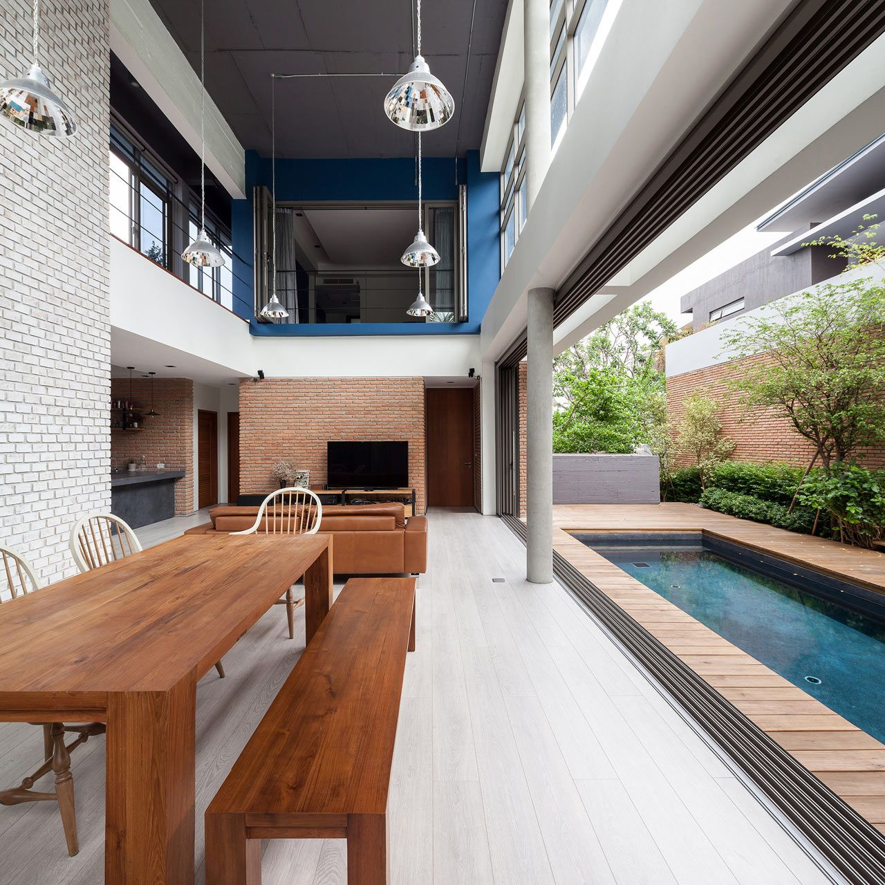 Casa decorada com piscina.