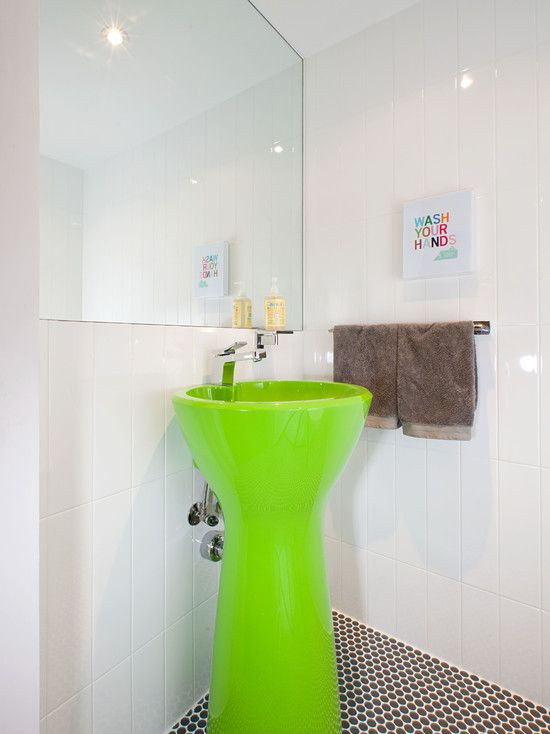 A cuba colorida muda todo o astral do banheiro.