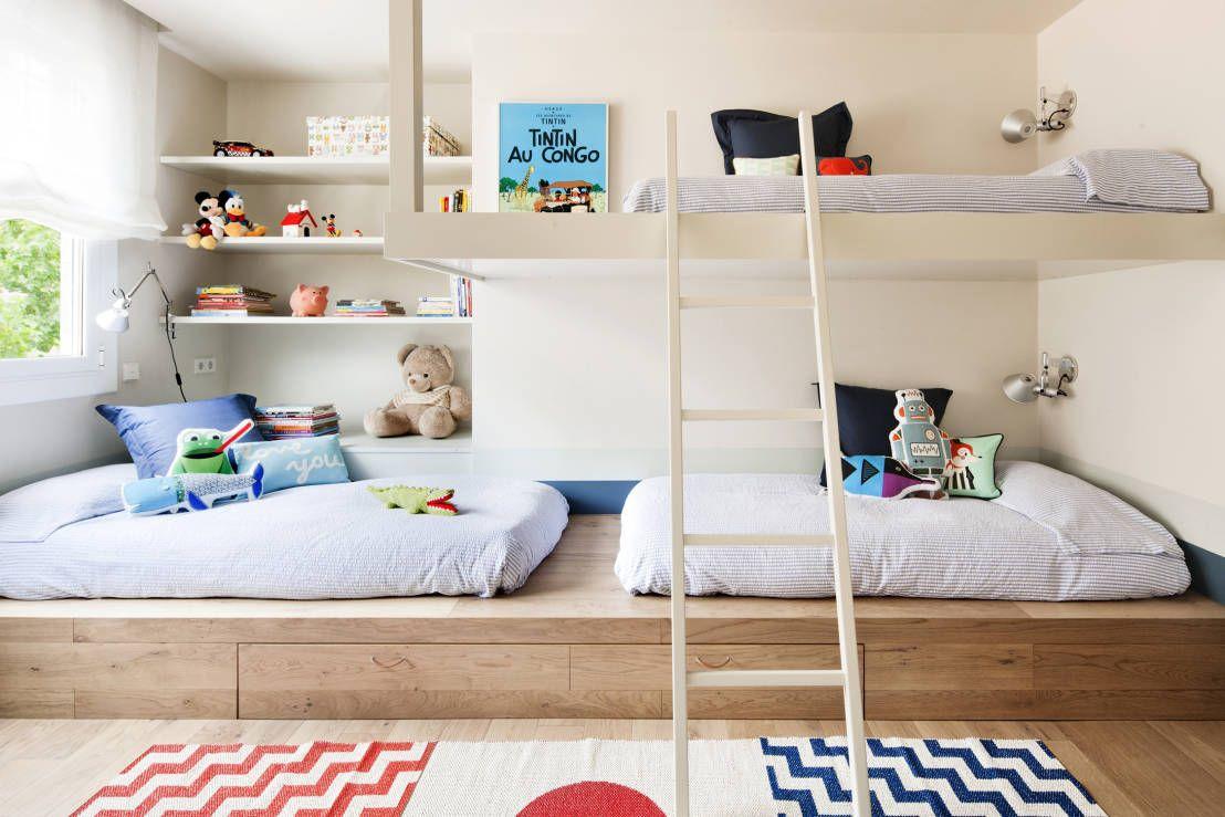 Casa decorada com quarto compartilhado.