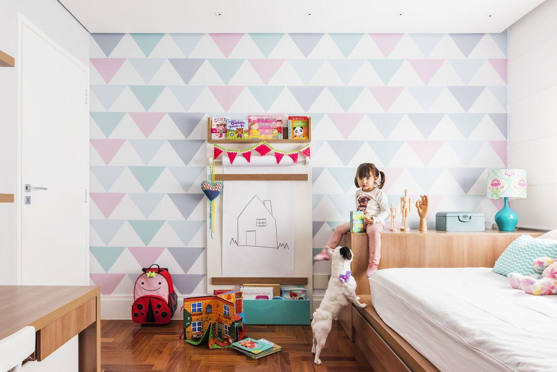 Para um quarto infantil se inspire em adesivos e papéis de parede.