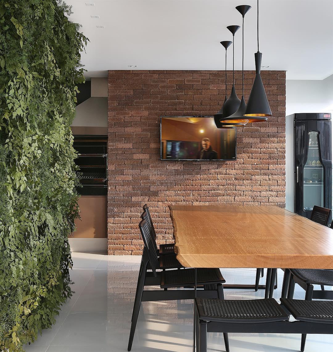 A parede verde é uma tendência forte em casas decoradas.