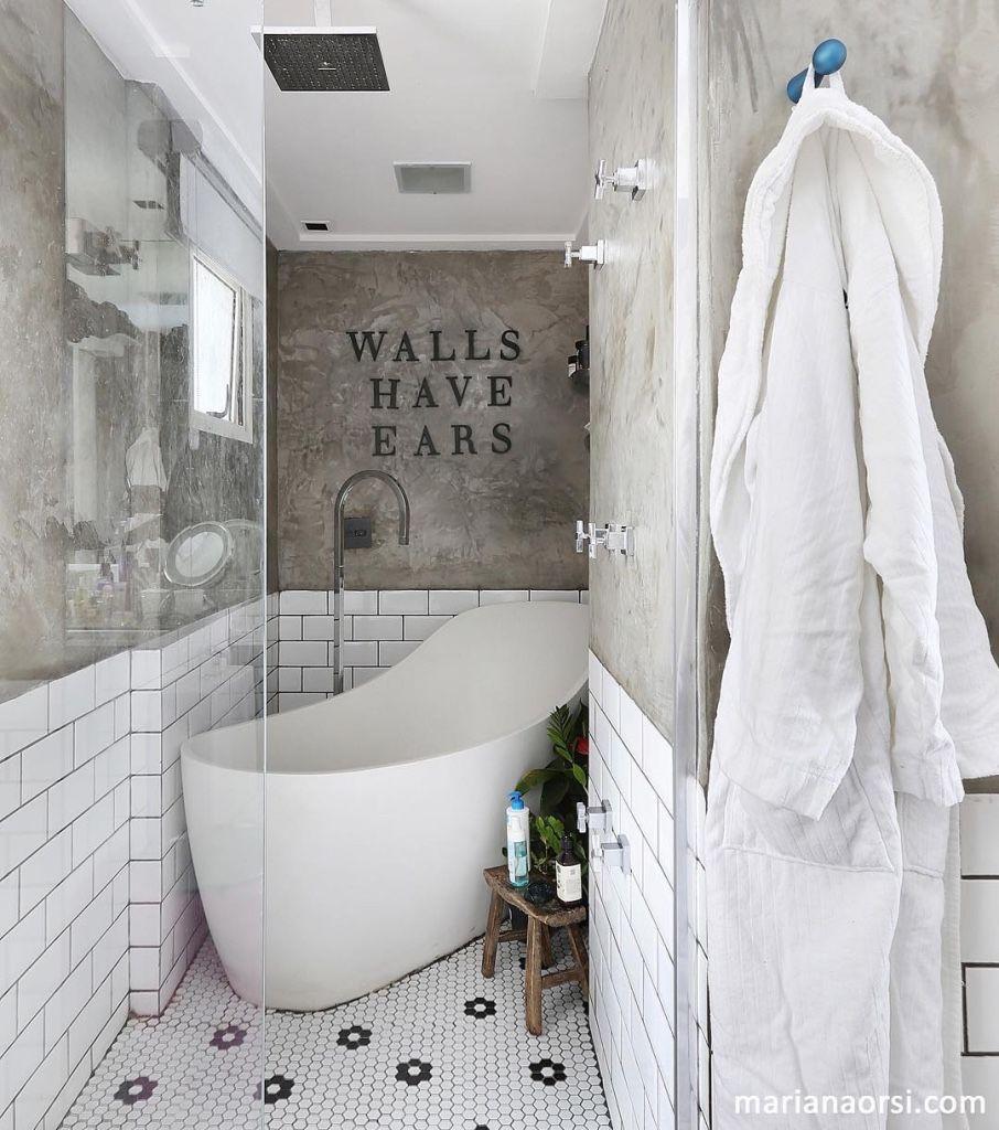Em casas decoradas: banheiros pedem revestimentos bonitos e resistentes.