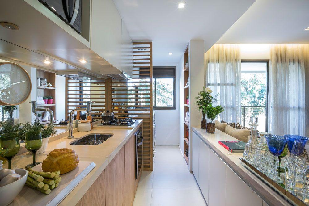 Cozinha decorada e integrada a área de serviço.