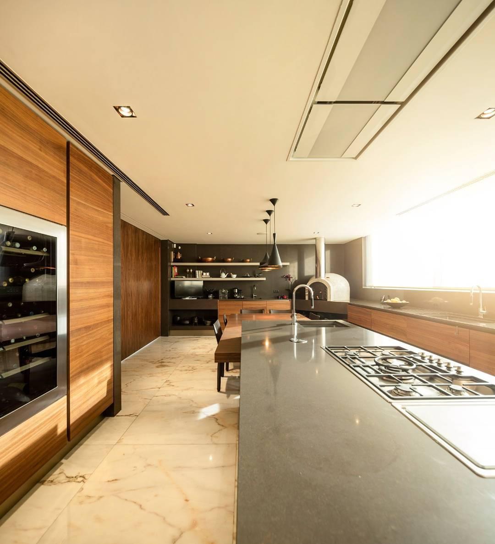 Cozinha gourmet com diversos eletrodomésticos