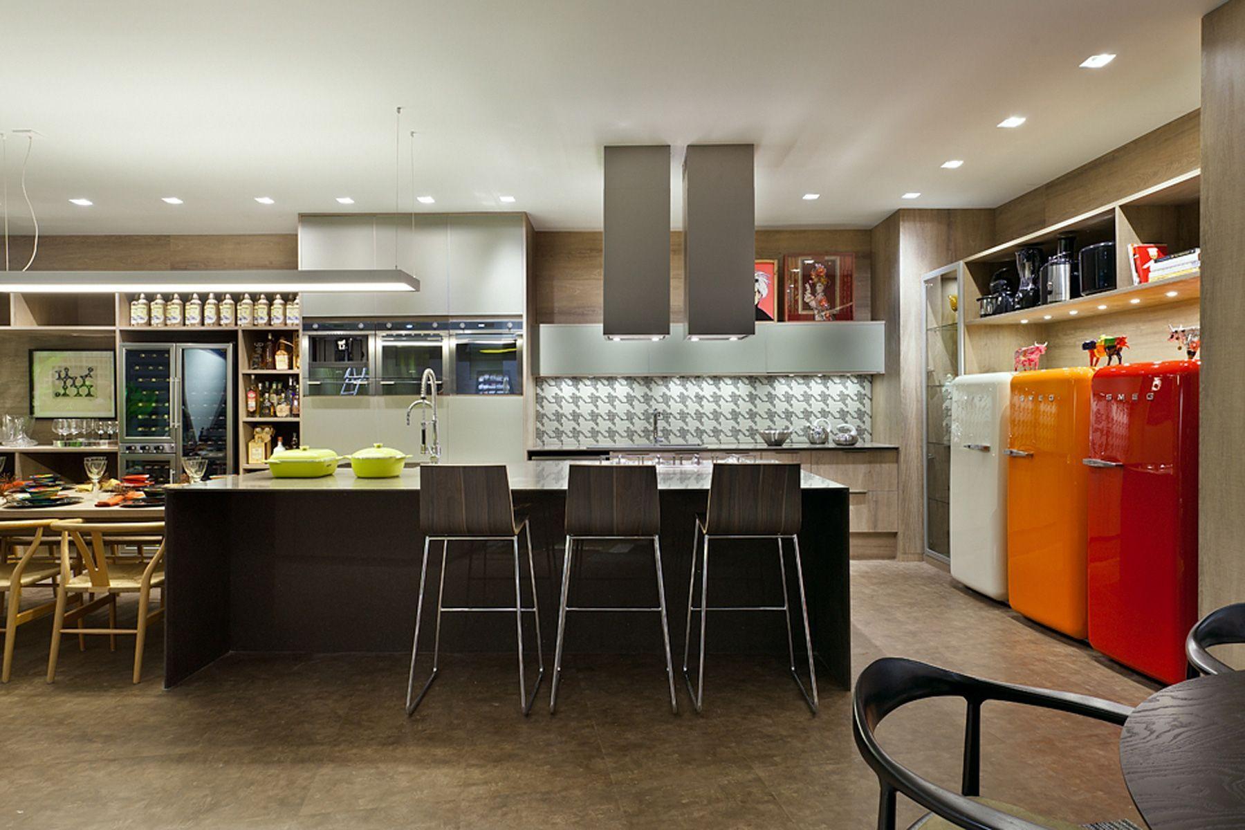 Geladeiras coloridas na cozinha gourmet