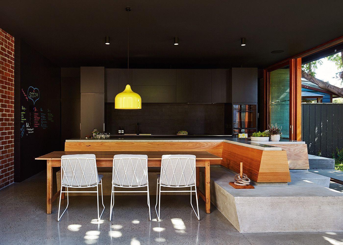 Cozinha gourmet escura com elementos mais claros