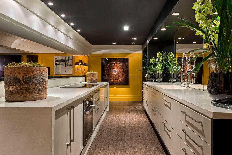Cozinha gourmet com decoração branca