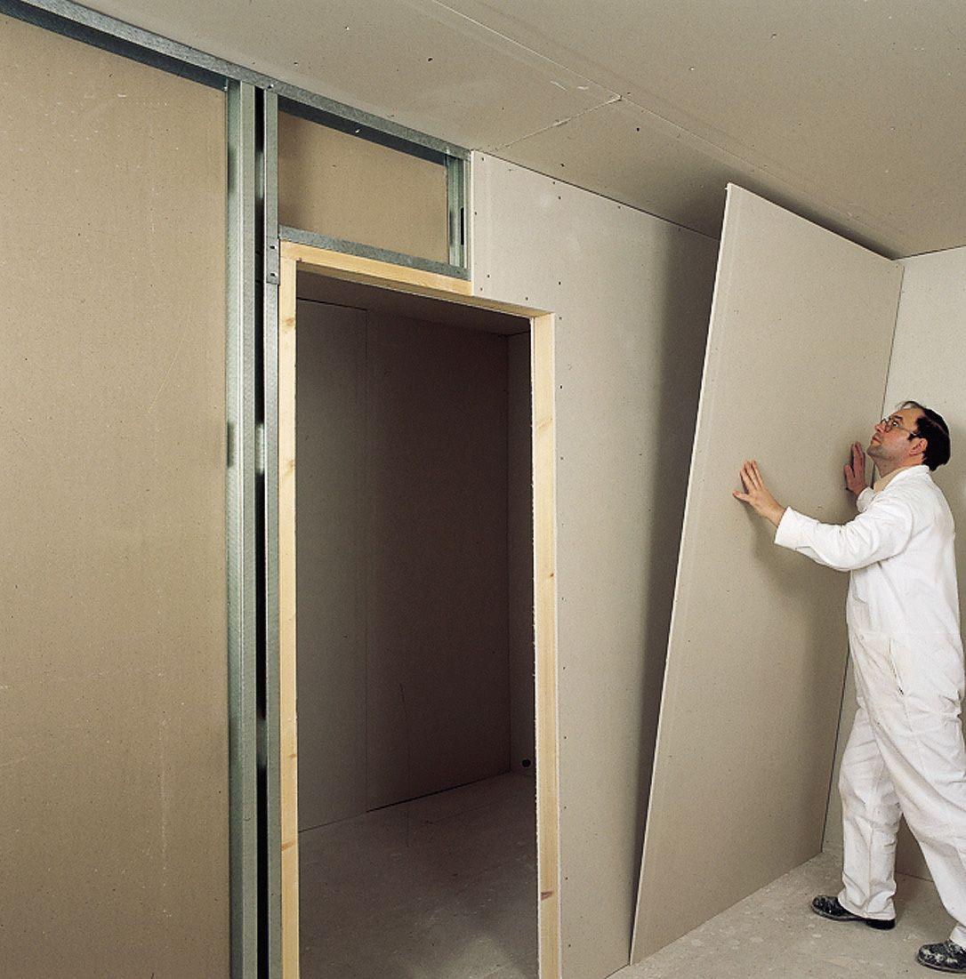 Colocação de placas e fechamento do ambiente na instalação da parede de gesso